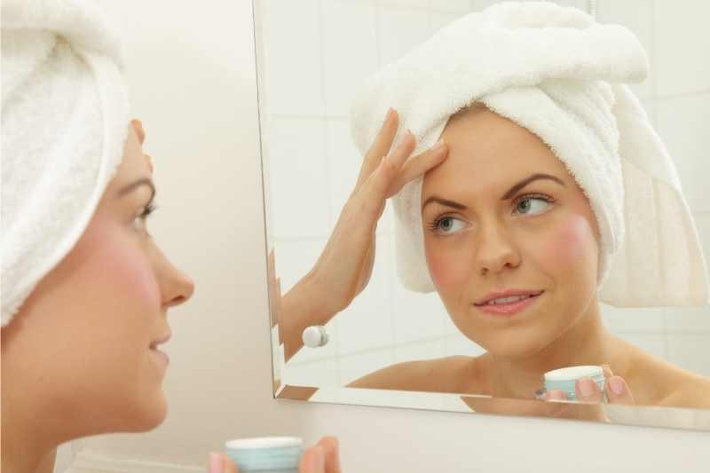 Nivea Hydra Skin Effect gel krema devojka nanosi na lice